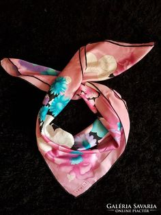 Nagy mėretű tavaszi selyem kendő Silk, Heels, Fashion, Heel, Moda, Fashion Styles, High Heel, Fashion Illustrations, Silk Sarees