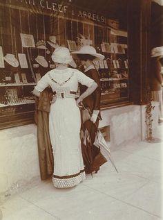 ladylabsinthe:    Edwardian window shopping.