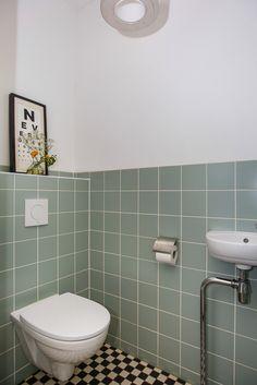 Katendrechtsestraat 82 in Rotterdam 3072 NX: Woonhuis te koop. Tiny Bathrooms, Upstairs Bathrooms, Downstairs Bathroom, Small Bathroom, Bathroom Interior Design, Home Interior, Interior Design Living Room, Small Toilet Room, Modern Mountain Home