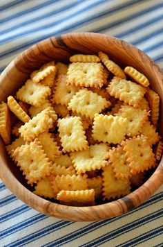 Homemade cheez-its! Step-by-step recipe looks easy and fun. Perfect for a cheez-it deprived expatriate. Homemade Cheez Its, Homemade Crackers, Homemade Cheese, Appetizer Recipes, Snack Recipes, Cooking Recipes, Cooking Tips, Def Not, Snacks Für Party