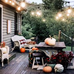 Fall is finally here, its time to get inspired with some fall table setting ideas to host an intimate gathering in your backyard! Fall Table Settings, Backyard, Patio, Farm Houses, Entertaining, Table Decorations, Outdoor Decor, Holidays, Inspiration