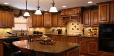 Warm and Beautiful with Tuscan Kitchen Design. The very popular style kitchen designs are the Tuscan kitchen design. One of the reasons why Tuscan kitchen design is becoming popular is that this style o Oak Kitchen Cabinets, Kitchen Paint, New Kitchen, Kitchen Backsplash, Maple Kitchen, Warm Kitchen, Awesome Kitchen, Rustic Kitchen, Backsplash Ideas