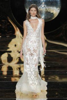 Vestidos de novia con escote en V 2017: Diseños para novias atrevidas y arriesgadas Image: 37