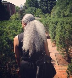 This is how my hair will look in 30 years. Silver Grey Hair, Gray Hair, Black Hair, Curly Hair Styles, Natural Hair Styles, Pelo Natural, Ageless Beauty, Natural Hair Inspiration, Hair Journey