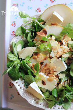 Ta sałatka jest bardzo uzależniająca. Delikatna, słodka, lekko chrupiąca, błyskawiczna w przygotowaniu, a przy tym całkiem uniwersalna. Ide... Healthy Cooking, Healthy Eating, Healthy Recipes, Feta, Sprout Recipes, I Foods, Food Inspiration, Love Food, Salad Recipes