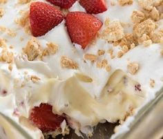 Easy No-Bake Strawberry Shortcake Dessert : layers of pudding and whipped cream, strawberries and crushed cookies. The perfect strawberry recipe for summer! No Bake Desserts, Easy Desserts, Delicious Desserts, Dessert Recipes, Yummy Food, Strawberry Shortcake Dessert, Cupcakes, Cupcake Cakes, Gastronomia