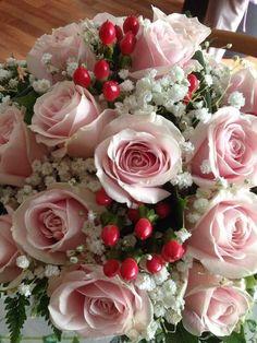 Roses, gypsophile et fruits d'hypericum en bouquet http://www.pariscotejardin.fr/2014/07/roses-gypsophile-et-fruits-dhypericum-en-bouquet/