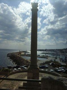 L obelisco che sovrasta il porto. Base in pietra salentina,  colonna in granito, montante superiore in marmo opalino