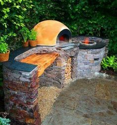 Outdoor oven area http://www.buildnaturally.blogspot.com/2013/06/build-clay-cob-oven-in-your-yard.html?m=1