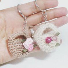Crochet keychain. #anahtarlik #minibag #little #hoby #crochetaddict #crochet #diy #haken #hakle #virka #keychain #key #canta #minihediye #dogumgunu #hediyelik #minisepet #uygunhediye #amigurimi #gurimigram #cute #likeforlike #nikahsekeri #nikahhediyelik #nikahhediyesi #hoby