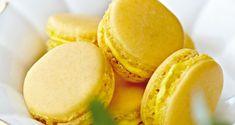 Få opskriften på lækre solgule macarons med fyld af passionsfrugt