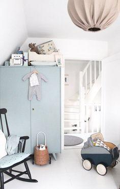 Sam's Zimmer | SoLebIch.de Foto: BRITTA BLOGGT #solebich #kinderzimmer #junge #ideen #wandgestaltung #einrichten #ordnung #skandinavisch #gestalten #kleinkind #aufbewahrung #kuschelecke #dekoration