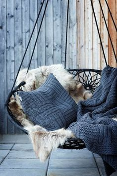 Swinging chair with fluffy fur and knitted blankets and pillows - Decoration suggestions - House interior ideas Blog Deco, Swinging Chair, Chair Swing, Swing Seat, Bedroom Swing Chair, Rocking Chair, Outdoor Areas, Outdoor Swings, Outdoor Seating