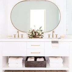 Another bathroom to LOVE!! I mean...  Check out our IG Stories for our Monday Must Haves for our weekly favorites. Xoxo  Design by @nicoledavisinteriors