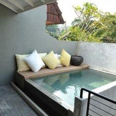 Piscine sur une petite terrasse