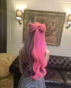 Cabelo roxo e rosa.