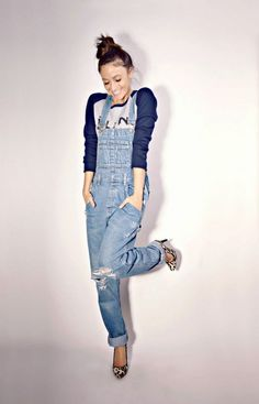 The fashion trend, denim overalls, is coming back again, so we have some street style ideas with denim overalls to inspire you to wear them and look trendy.