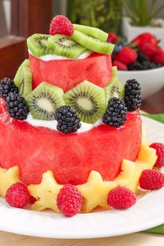 The healthiest cake you'll ever make! Here's a step-by-step tutorial for a DIY watermelon cake. Decorate with your favourite fruit and enjoy! Recipe via Eat Spin Run Repeat // Healthy Cake, Vegan Cake, Vegan Desserts, Delicious Desserts, Fruit Recipes, Whole Food Recipes, Cake Original, Fruit Birthday Cake, Fresh Fruit Cake