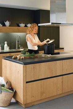 Een prachtige eiken keuken met een lavazwarte muur en keukenblad. De strakke lijnen en greeploze lades geeft de keuken een moderne uitstraling!  #tielemankeukens #schullerkeukens #modernekeuken #zwartekeuken #modernkitchen #modernkitchens #modernkitchendesign #modernkitchenideas #keukeninspiratie #keukenstyling #keukendesign #woonkeuken #keukenideeën #houtenkeuken
