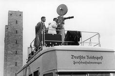 Public Viewing in den Dreißigerjahren: Der Normalbürger hatte damals noch keinen Fernseher zu Hause. Viele Leute schauten sich deshalb Filmberichte über die Olympischen Spiele gemeinsam in so genannten Fernsehstuben an. Auf diesem Foto ist ein Team der Deutschen Reichspost bei Dreharbeiten im Stadion zu sehen. Berlin, 1936. o.p.