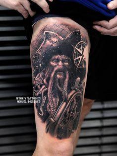 Tatuaje de estilo black and grey inspirado en Davy Jones situado en el muslo derecho.