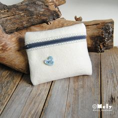 Piccolo portatutto da borsa in feltro crema con bottoni decorativi a forma di cuore di MelyHandmade su Etsy