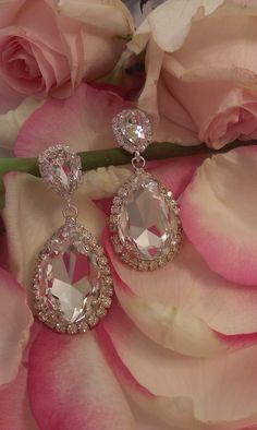 Τα σκουλαρίκια έχουν κατασκευαστεί από κρύσταλλα swarovski( πέτρες και περίγραμμα) σε διάφανη απόχρωση. Το μέταλλο είναι επάργυρο, nickel free υποαλλεργικό. Ύψος : 6,5 εκατοστά Κωδικός: 0012395 #νυφικά #earrings #greekfashion #greekjewerly Bridal Earrings, Diamond Earrings, Swarovski, Jewelry, Bride Earrings, Jewlery, Jewerly, Schmuck, Jewels