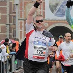 Bodegraafse Hans van der Lans TCS Superhero Amsterdam Marathon  Hans van der Lans (49 Bodegraven) is een fervent hardloopfan. Hij is niet zomaar een hardloper. Al sinds 2012 combineert hij zijn passie met een goed doel; het inzamelen van zoveel mogelijk geld voor het VUmc Cancer Center Amsterdam. Jaarlijks loopt hij de Amsterdam Marathon afgelopen twee jaar als TCS Superhero.  Hardloper met een missie Via zijn werk in het Olympisch stadion kwam Hans in 2011 in aanraking met de marathon van…