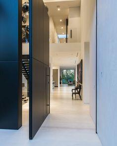 Beverly Grove Residence By Avi Osadon Front Doors Modern Mansion Modern Door, Modern Exterior, Casa Kardashian, Modern Mansion, Modern Houses, Contemporary Home Decor, Contemporary Photography, Contemporary Hallway, House Entrance