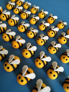 fondant Busy Bees Made these for a bake sale at the neighborhood elementary school. Lots of frosting on these bad boys - I'm sure the kids. Fondant Bee, Fondant Cake Toppers, Fondant Figures, Bee Crafts, Crafts For Kids, Bumble Bee Cake, 18th Birthday Party Themes, Bee Cupcakes, Cupcake Pictures