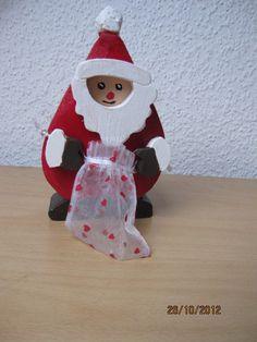 Weihnachtsmann mit Säckchen  Der Körper des Weihnachtsmanns ist aus 3,5 cm starkem Holz gesägt. Die Hände gesteckt (man kann sie abnehmen).