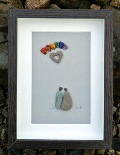 Irgendwo unter dem Regenbogen... eine irische pebble-Kunst-Geschenk. Ein paar Kiesel kuscheln zusammen, ihre Liebe symbolisiert durch ein Herz aus Holz, die durch einen Kristall Stein Regenbogen gekrönt wird. Gelb Jaspis, Karneol, Roter Jaspis, Malachit, Lapislazuli und Amethyst