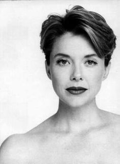 Annette Bening and Short Hair Photograph Annette Benning, Short Hair Cuts, Short Hair Styles, Divas, Actrices Sexy, Actrices Hollywood, We Are The World, Black And White Portraits, Famous Faces
