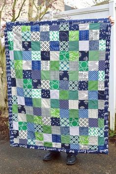 If you& brand new to quilting, then you& fall completely in love with this simple and beginner-friendly patchwork tutorial. This Summer Rain Picnic Quilt Tutorial uses traditional patchwork and 5 inch squares to create a throw quilt. Patchwork Tutorial, Patchwork Quilt Patterns, Quilt Patterns Free, Sewing Patterns, Lap Quilts, Quilt Blocks, Small Quilts, Cotton Quilts, Picnic Quilt