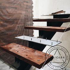 Instalando huellas para escalera fabricadas en madera de #tzalam. #tricasa #woodwork #group #excelenciaencarpinteria