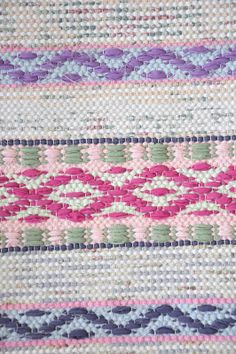 Weaving Textiles, Weaving Art, Loom Weaving, Hand Weaving, Carpet Mat, Rugs On Carpet, Types Of Weaving, Textile Texture, Red Rugs