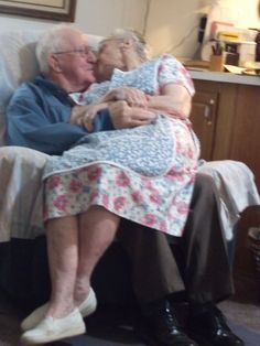 I love you more today than yesterday. Romance is all around: young behavior yet, deep true love! Vieux Couples, Old Couples, Vintage Couples, Romantic Couples, All You Need Is Love, Love Is Sweet, My Love, Grow Old With Me, Growing Old Together