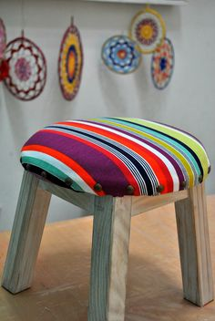 Banquitos Tapizados Cool Furniture, Painted Furniture, Ottoman Decor, Bedroom Crafts, Stool Covers, Wooden Garden, Cafe Interior, Soft Furnishings, Boho Decor