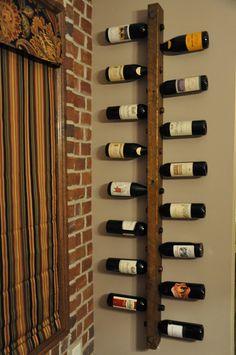 * Cales plein de bouteilles de la vin Ce support à vin 16 bouteilles est aussi fonctionnel qu'il est beau. Taillé de rugueux accents cuivre vieillies et bois, ce support peut être utilisé seul ou s'emboîtent avec une combinaison d'autres grilles de façon à être utilisé dans un placard