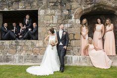 photo originale de groupe avec le marié et la mariée regardants dans directions différentes