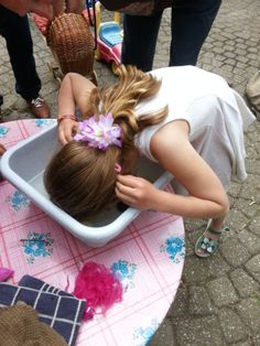 dochterlief zit net op zwemles en durft nog niet met haar hoofd onder water te gaan. Snoep happen in water is DE oplossing!