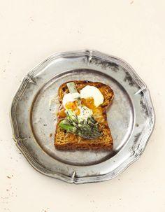 Aikuiseen makuun lämpivät voileivät (paahtoleivät tmv. päällystetään keitetyllä vihr.parsalla & juustokastikkeella)