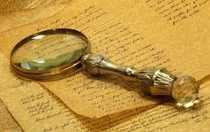 """Alessandro - Une très vieille loupe avec des notes sur un papier vieux - Je pense que vous trouverez quelque chose comme ça sur le bureau de détective Fix. Je pense que cela parce que beaucoup de détective ont une loupe et ils ont besoin de prendre des notes à partir de leurs cas et écrivez des indices. De plus, le livre se déroule en 1872 et cette loupe ressemble à ce serait à partir de ce temps. - """"Fix fait partie des détectives anglais envoyés dans les differents ports après le vol commis…"""