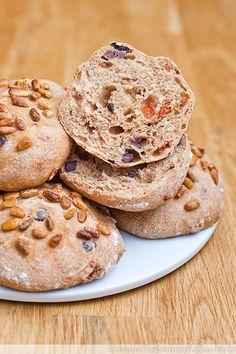 Mediterrane Dinkel-Brotfladen, die würzig und köstlich sind und so ganz wunderbar einfach mit Butter oder zu einem leckeren Salat genossen werden können. :)
