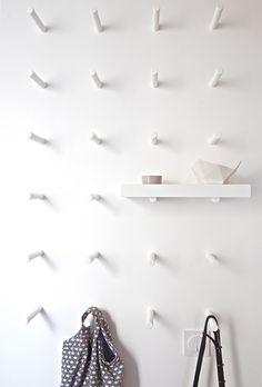 Achei super bacana esta ideia de pinos na parede que servem como base para prateleiras, ou cabideiro, ou qualquer outra coisa que sua imaginação permitir! (imagem encontrada no Pinterest, sem refer...