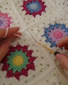 Crochet - how to join granny squares - how to seam in crocheth my goodness, Beautiful work indeed! Granny Square Crochet Pattern, Crochet Blocks, Crochet Flower Patterns, Crochet Blanket Patterns, Crochet Motif, Crochet Yarn, Crochet Flowers, Crochet Stitches, Knitting Patterns