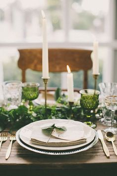 Beautiful Botanical Wedding Inspiration---lush, yet simple with lots of greenery, beautiful glassware, and natural details Green Wedding, Our Wedding, Wedding Flowers, Modern Vintage Weddings, Wedding Table Settings, Place Settings, Botanical Wedding, Deco Table, Decoration Table