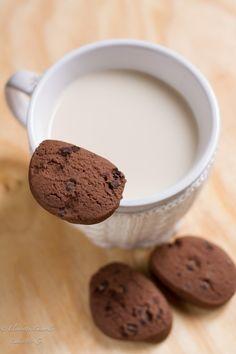 Gocciole extra dark home made i biscotti perfetti per la colazione da inzuppare nel latte, al cacao e gocce di cioccolato fondente.
