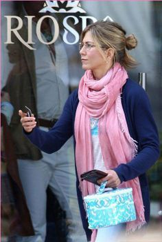 Celebrity Style: The Pink Pashmina Scarf Jennifer Aniston Style, Jennifer Aniston Pictures, Jenifer Aniston, Ways To Wear A Scarf, How To Wear Scarves, Pink Scarves, Street Style, Scarf Styles, Outfits