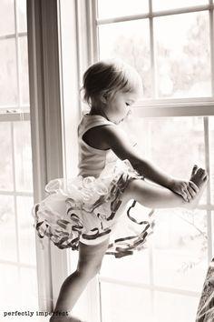 little baby ballet dancer Dance Like No One Is Watching, Just Dance, Diane Arbus, Beautiful Children, Beautiful Babies, Little Ballerina, Tiny Dancer, Dance Art, Little Princess